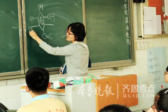 """高三女教师右手臂骨折 左手写""""最美板书"""""""