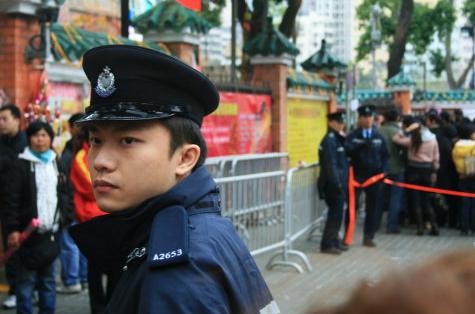 """荆州在线www.jing-zhou.com 粗心围观警察帮娃""""寻亲"""" 发现弄丢自家孙儿"""