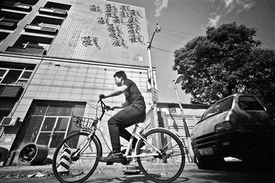 北京一大楼墙面悬挂16辆自行车 市民担心安全
