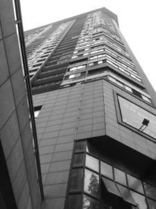 5岁女孩爬窗25楼坠亡 民警赶到3岁妹妹也在爬窗