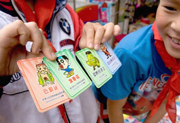 """小学生颁证游戏:9岁女孩口袋装着""""色狼证"""""""