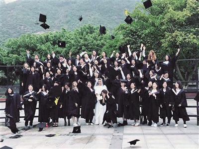 高校班级拍反串毕业照 唯一男生穿婚纱